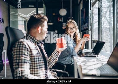 Büro Kollegen in Kaffee am Morgen - Stockfoto