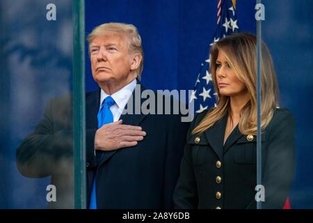 New York, USA, 11. November 2019. US-Präsident Donald Trump und First Lady Melania Trump stehen hinter Panzerglas, wie sie für den nationalen Hymne vor dem Start des Veterans Day Parade in New York City. Credit: Enrique Ufer/Alamy leben Nachrichten - Stockfoto