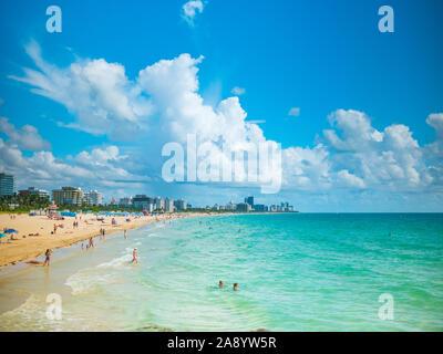 Miami, Florida, USA. August 2019. Die Leute am Strand von South Beach entspannen. Miami Beach ist ein beliebtes Ziel für Einheimische und Touristen. - Stockfoto
