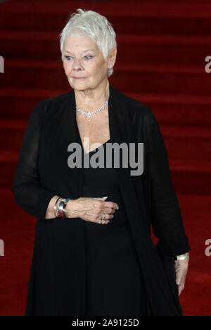 Nov 02, 2017 - London, England, UK-'Murder Im Orient Express' Weltpremiere, Royal Albert Hall - Roter Teppich Ankünfte Foto zeigt: Judi Dench - Stockfoto