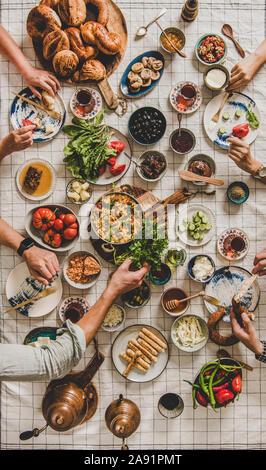 Flachbild-lay Familie essen Traditionelles türkisches Frühstück mit schwarzer Tee - Stockfoto