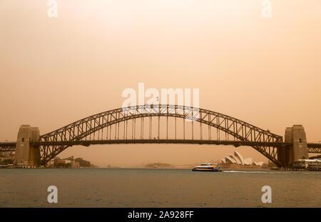 """Sydney, Australien. 12. Nov 2019. Foto aufgenommen am 07.11.12, 2019 zeigt die Sydney Harbour Bridge in Smog, die durch Buschbrände im nördlichen New South Wales in Australien verursacht wurde, behandelt. Die australische Regierung hat bestätigt, dass sie erwägt, eine beispiellose obligatorische Beschriftung der militärischen Reserven buschfeuer an der Ostküste des Landes zu kämpfen. Linda Reynolds, dem Minister für Verteidigung, erklärte das Parlament am Dienstag Nachmittag, dass Sie die """"Verfügbarkeit und Bereitschaft"""" der Army, Navy und Air Force reserve Forces ist Scoping. Quelle: Xinhua/Alamy leben Nachrichten - Stockfoto"""