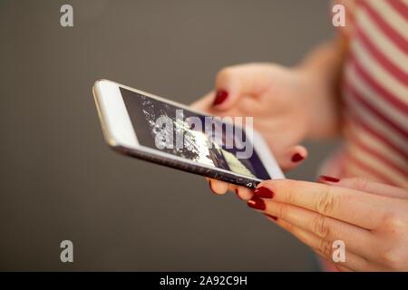 Womans Hände halten Handy - Stockfoto