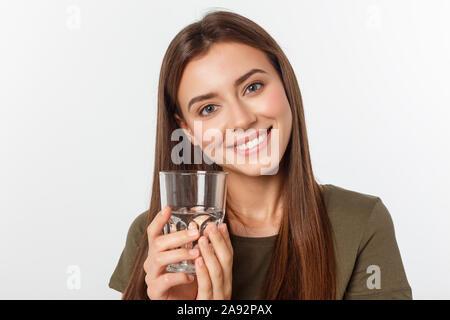 Portrait von attraktiven kaukasischen lächelnde Frau auf weißem Studio isolierte Schuß Trinkwasser. - Stockfoto
