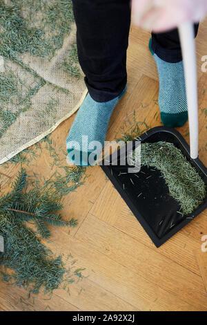 Reinigung Weihnachtsbaum Nadeln - Stockfoto