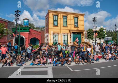 Orlando, Florida. November 09, 2019. Die Menschen warten auf den Start der Sesame Street Party Parade in Seaworld - Stockfoto
