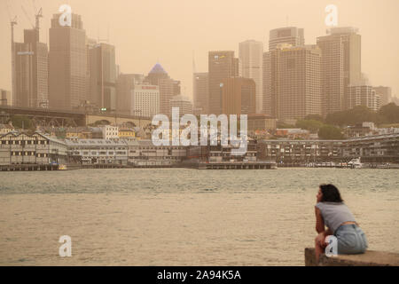 Peking, China. 12 Nov, 2019. Foto aufgenommen am 07.11.12, 2019 zeigt die Stadt Sydney in Smog, die durch Buschbrände im nördlichen New South Wales in Australien verursacht wurde, behandelt. Credit: Bai Xuefei/Xinhua/Alamy leben Nachrichten - Stockfoto