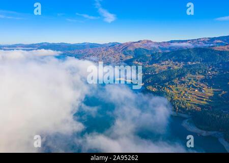 Nebel Wolke über dem See von oben, Herbst Berglandschaft in den rumänischen Karpaten, Bicaz See. - Stockfoto
