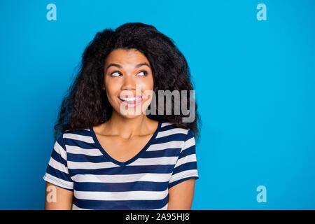 Nahaufnahme Foto inspiriert, heiter positive afro-amerikanische Mädchen hungrig Traum denken über Lecker lecker lecker essen Eis tragen gut aussehende - Stockfoto