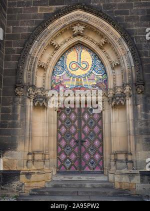 Die Basilika von St. Peter und St. Paul in Vyšehrad eine historische Festung in Prag in der Tschechischen Republik einem neo-gotischen Gebäude in der Nähe der Tür und Eingang - Stockfoto