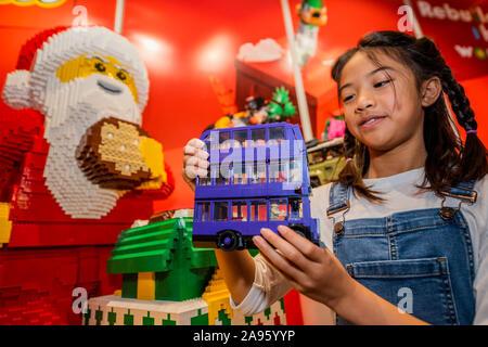 London, Großbritannien. 13 Nov, 2019. Harry Potter Knight Bus von LEGO mit Fiona, 10 - der Spielwarenhändler Association enthüllen die 2019 DreamToys Liste. Credit: Guy Bell/Alamy leben Nachrichten - Stockfoto