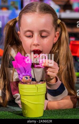 London, Großbritannien. 13 Nov, 2019. Blume Puppen von leuchtrakete mit Gwen, 8 - Der Spielwarenhändler Association enthüllen die 2019 DreamToys Liste. Credit: Guy Bell/Alamy leben Nachrichten - Stockfoto