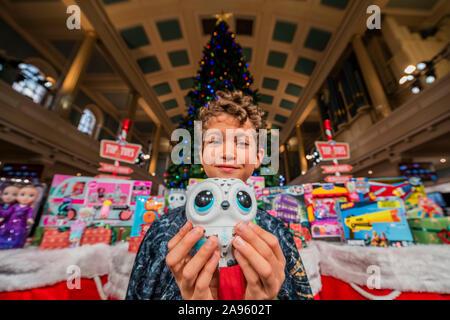 London, Großbritannien. 13 Nov, 2019. Owleez von Spin Master Spielzeug withXavier, 10 - der Spielwarenhändler Association enthüllen die 2019 DreamToys Liste. Credit: Guy Bell/Alamy leben Nachrichten - Stockfoto