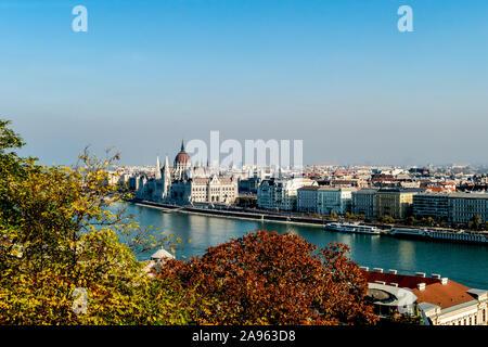 Ein Blick auf die Pest über die Donau vom Castle Hill, Buda, zeigt das Parlamentsgebäude und die Kuppel der Kathedrale. in Budapest, Ungarn. - Stockfoto