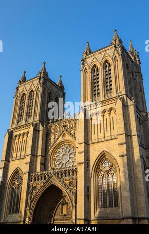 Suchen, um sich auf die herrliche Fassade der Kathedrale von Bristol in England.