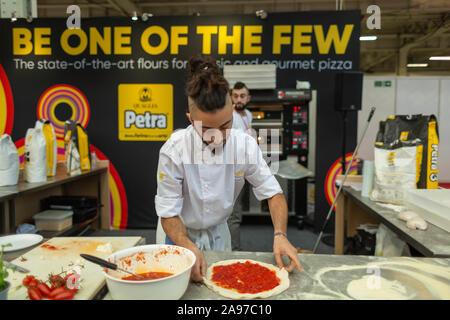 Olympia, London, UK. 13 Nov, 2019. Führende britische und europäische Lebensmittel Großhändler nehmen an der Pizza und Pasta Essen Messe. Penelope Barritt/Alamy leben Nachrichten - Stockfoto