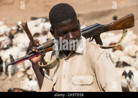 Äthiopien, südlichen Nationen, untere Omo Valley, Kangaten, Dorf Kakuta, Nyangatom Stamm, Hirten Wasser geben, um ihre Ziegen aus Wasser Bohrungen an trockenen Fluss Kibish, die Hirten Kalaschnikow AK-47 Maschinengewehre tragen sich von Vieh Razzien von feindlichen Turkana Stamm/AETHIOPIEN, Omo Tal, Kangaten, Dorf Kakuta, Nyangatom Hirtenvolk, Hirten traenken zu schützen das Vieh aus Wasserloechern bin consider Fluss Kibish, sterben Hirten gürteltaschen Kalaschnikow AK-47 Maschinengewehre zum Schutz vor Viehdiebstaehlen durch Turkana Voelker - Stockfoto