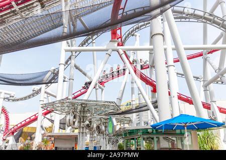Achterbahn in Universal Studios Theme Park auf der Insel Sentosa - Stockfoto
