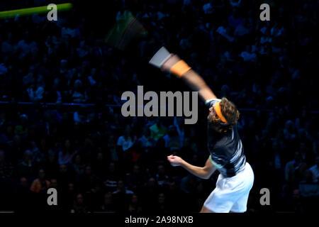 Arena. London, Großbritannien. 13 Nov, 2019. Nitto ATP-Finale; Stefanos Tsitsipas (Griechenland) dient der Alexander Zverev (Deutschland) - Redaktionelle Verwendung Credit: Aktion Plus Sport Bilder/Alamy leben Nachrichten - Stockfoto
