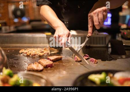 Teppanyaki chef cooking Japanese Wagyu Beef und Filet mignon Steak auf dem heißen Blech - Stockfoto