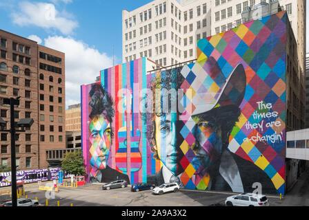 MINNEAPOLIS, Minnesota, - August 8, 2019: Der Bob Dylan Wandgemälde in der Innenstadt von Minneapolis durch Brasilianischen street artist Eduardo Kobra. - Stockfoto