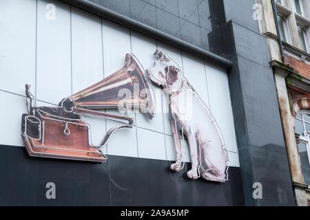 """Nahaufnahme von """"Nipper"""" ausserhalb des inzwischen geschlossenen seine Meister Voice (HMV) Flaggschiff Record store, 363 Oxford Street, London, UK - Stockfoto"""