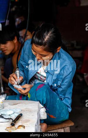 Eine Arbeiterin vorbereiten und Arbeiten auf der Jade an der Jade Market, Mandalay, Myanmar. - Stockfoto