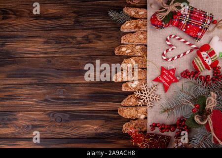 Traditionelle italienische Weihnachten neues Jahr trockene Kekse Kekse Kekse Cantuccini in Glasschale auf Holz- Hintergrund. Biscotti di Prato. Kopieren Sie Raum, oben - Stockfoto