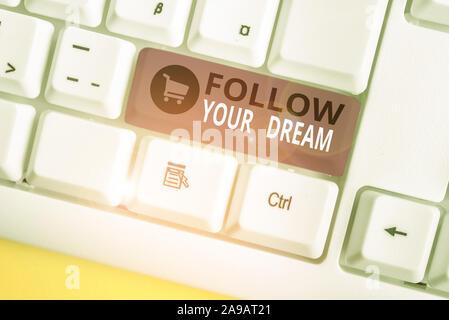 Schreiben Hinweis anzeigen Verwirklichen Sie Ihren Traum. Business Konzept für Behalten Sie den Überblick über Ihre Ziele das Leben sie Weißes pc Tastatur mit Papier ein - Stockfoto