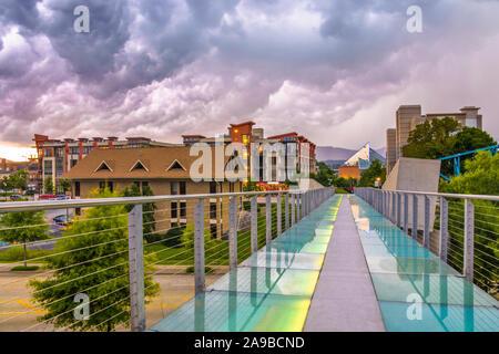 Chattanooga, Tennessee, USA downtown Stadtbild von der Fußgängerbrücke an einem stürmischen Abend. - Stockfoto