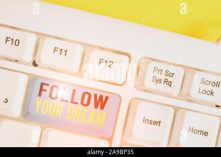Konzeptionelle Handschrift anzeigen Verwirklichen Sie Ihren Traum. Begriff Sinne Track auf Ihre Ziele das Leben sie Weißes pc Tastatur mit Hinweis p zu halten - Stockfoto