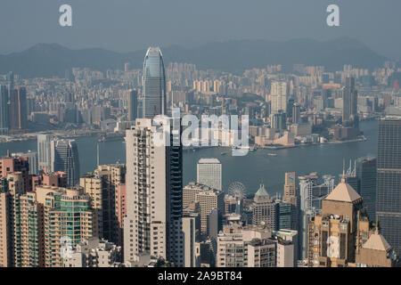 Der Blick über die Stadt und den Hafen von Victoria Peak in Hongkong. - Stockfoto
