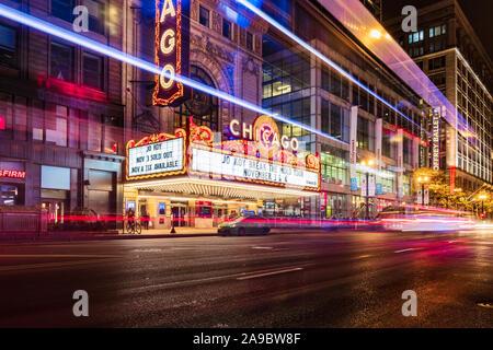 Die ikonischen Chicago Theater an einem kalten Winterabend mit einer langen Belichtungszeit von Fahrzeugen vorbei an der State Street.