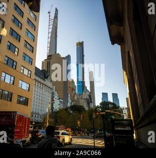 Der Milliardär Zeile, eine Sammlung von super-hohen Residenzen für das uber - meist reich an der West 57th Street am Mittwoch, 6. November 2019. Die im Bau Steinway Turm befindet sich auf der linken Seite. (© Richard B. Levine) - Stockfoto