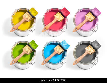 Farbdosen mit verschiedenen Dekorateur malt mit Bürste oben auf einem weißen Hintergrund. 6 Farben - Stockfoto