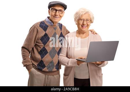 Gerne älterer Mann und Frau mit einem Laptop auf weißem Hintergrund - Stockfoto