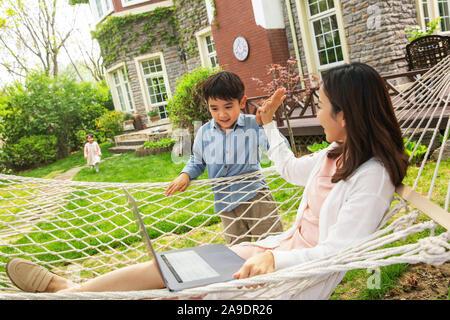 Die Mutter und das Kind beim Spielen im Hof - Stockfoto