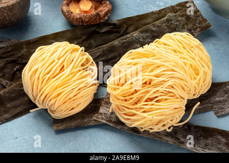 Udon Nudeln, close-up mit getrockneten Meer Gemüse Kelp und Shiitake-pilze, Ramen Zutaten - Stockfoto