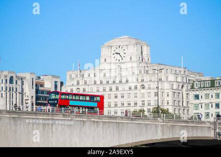 Waterloo Bridge mit einem vorbeifahrenden Bus und Fassade von Shell Mex Haus im Hintergrund in London Stockfoto