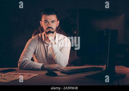 Foto von Ernst zuversichtlich Mann hören bereit zu empoloyee Job in seiner Firma bärtigen mit Diagrammen Gläser auf dem Desktop zu erhalten - Stockfoto