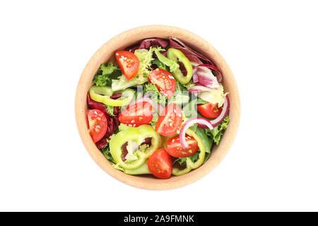 Hölzerne Schüssel mit frischem Salat auf weißem Hintergrund