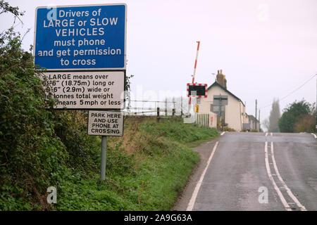 November 2019 - Warnzeichen für die Fahrer von großen und langsame Fahrzeuge bei einer un-bemannten Bahnübergang in der Nähe von Stoke St Gregory, Somerset, Großbritannien - Stockfoto