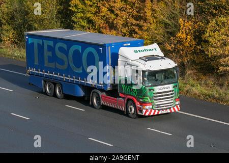 Tesco essen Lkw, Spedition LKW, Lkw, Transport, Lastwagen, Cargo, Eddie Stobart Scania Fahrzeug, Lieferung, den gewerblichen Verkehr, Industrie, auf der M61 in Chorley, Großbritannien - Stockfoto