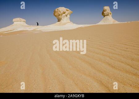 Ägypten, Farafra, Nationalpark Weiße Wüste, Pilze wie Kreide Felsen geformt von Wind und Sand Erosion/AEGYPTEN, Farafra, Nationalpark Weisse Wueste, durch Wind und Sand geformte Kalkfelsen - Stockfoto