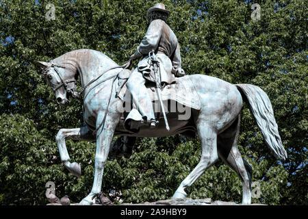 """Eine Statue von Major General James B. McPherson (zwischen den Jahren 1830-1864), einem General der Union im Bürgerkrieg. Er wurde am 22. Juli 1964 in der Schlacht von Atlanta getötet. Eine Aufschrift auf der östlichen Seite des Stützpunktes lautet: """"Aufgestellt von seinen Kameraden der Gesellschaft der Armee des Tennessee."""" Die Statue ist das Kernstück des McPherson Square im Nordwesten von Washignton DC, begrenzt von K, I, 15th Streets und Vermont Ave. Stockfoto"""