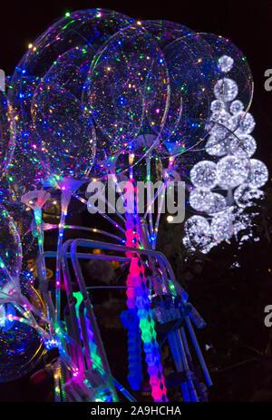 Bournemouth, Dorset, Großbritannien. 15. Nov 2019. Tausende von Besuchern, Familien und begeistert Kinder, Herde nach Bournemouth Gärten trotzen der Kälte für die Eröffnung des Bournemouth Weihnachtsbaum Wunderland. Für das zweite Jahr eine noch größere und bessere Displays mit mehr als 100 glitzernden Bäume und Illumination, einschließlich riesige Teddybären, Lebkuchen Menschen und riesigen christbaumkugel. Einige der Bäume sind thematisch in sechs Städten rund um die Welt zu repräsentieren. Besucher können den Spuren folgen. Credit: Carolyn Jenkins/Alamy leben Nachrichten - Stockfoto