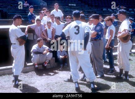 VERO Beach, FL - 18. März: Ted Williams #9 der Boston Red Sox zeigt seine Schwingen zu Fans und Spieler der Brooklyn Schwindler während des Spring Training am 18. März in Vero Beach, Florida 1956. (Foto von Hy Peskin) (Satz Anzahl: X3619) *** Local Caption *** Ted Williams