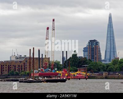 Tideway Super Kanalisation Baustelle in der Nähe von King Edward's Memorial Park in Limehouse, London mit Blick auf den Shard. - Stockfoto
