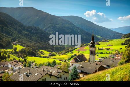 Funes Tal San Pietro Dorf und Glockenturm Kirche Blick, Dolomiten Alpen. Trentino Alto Adige Sud Tirol, Italien, Europa - Stockfoto