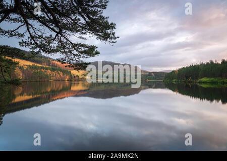 Eine herbstliche HDR-Bild der spiegelnden Wasser des Loch Farr in Strathnairn, Schottland. 05. November 2019 - Stockfoto